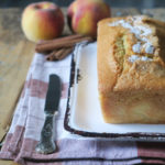 Plum Cake all'acqua con pesche e cannella